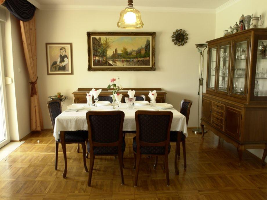 Esszimmer mit sechs Stühlen