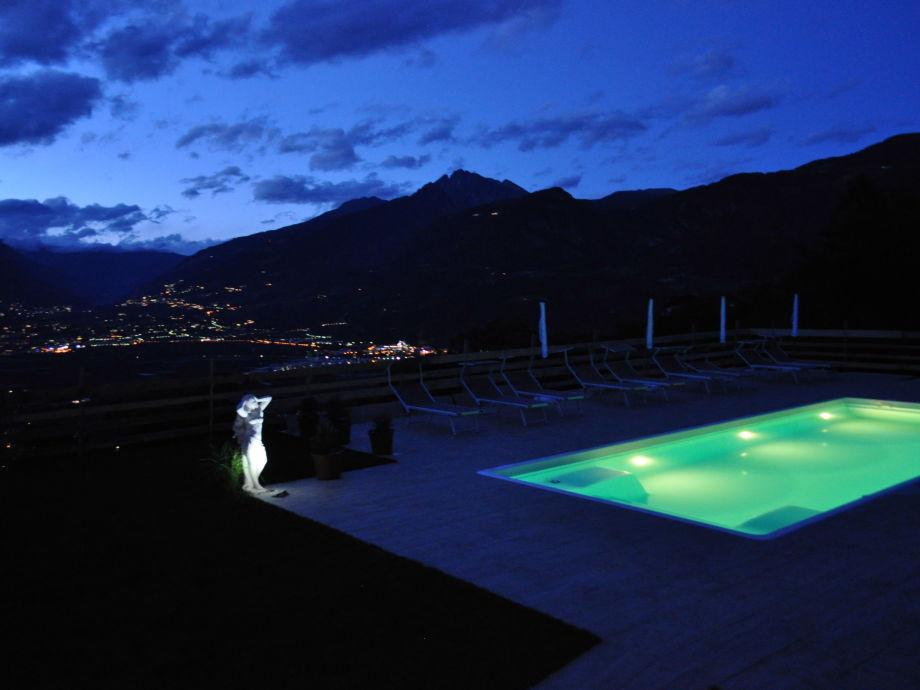 Unser beheitzter Panoramapool bei Nacht