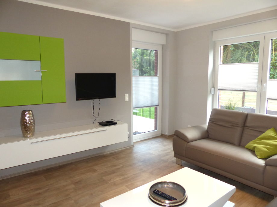 Wohnbereich mit Flat-TV und Zugang zur Terrasse
