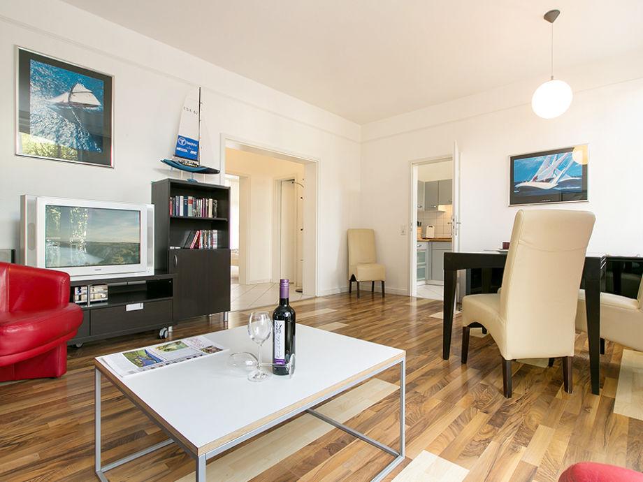 Das Wohnzimmer mit Blick Richtung Flur und Küche.