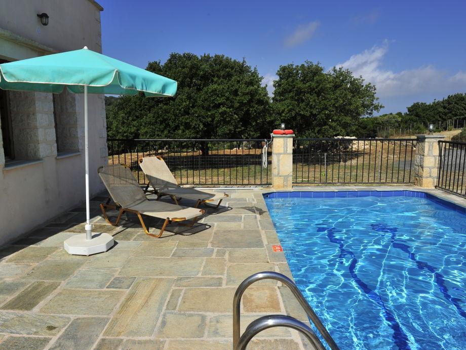 Swimming Pool mit Sonnenliegen