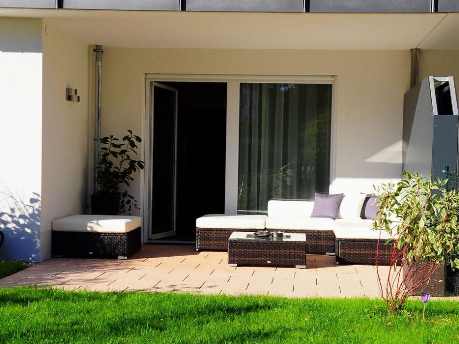Überdachte s/w Terrasse mit eigenem Garten