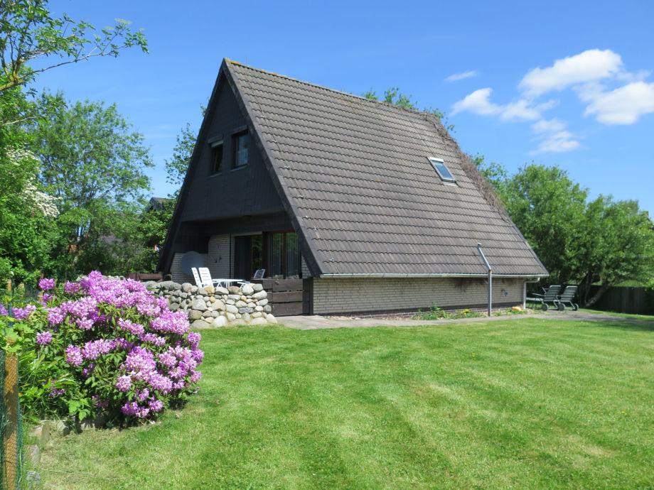 Blick vom großen Grundstück auf Haus und Terrasse