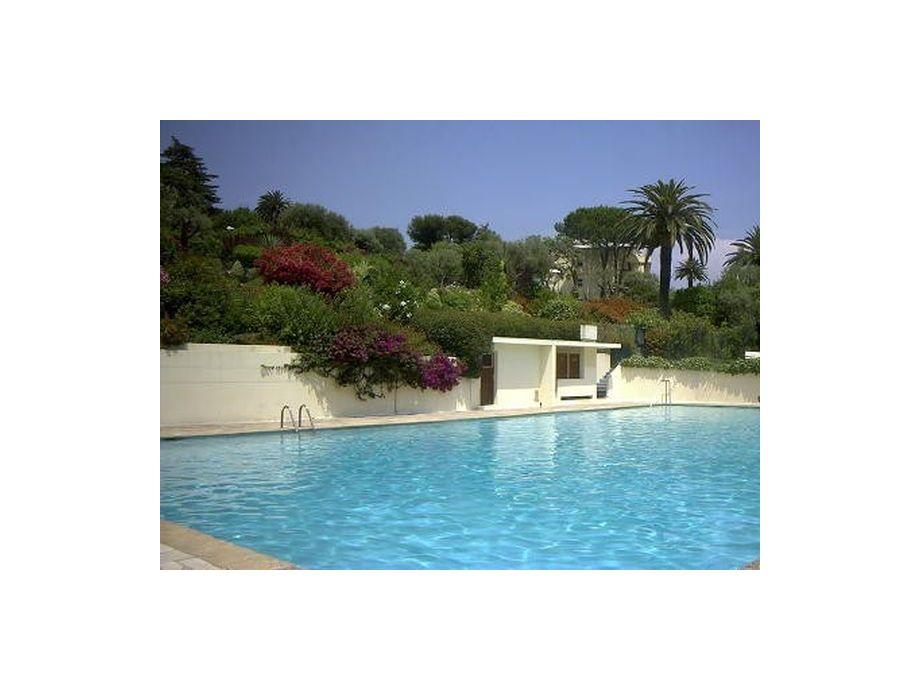 Großzügiger Pool der Residenz