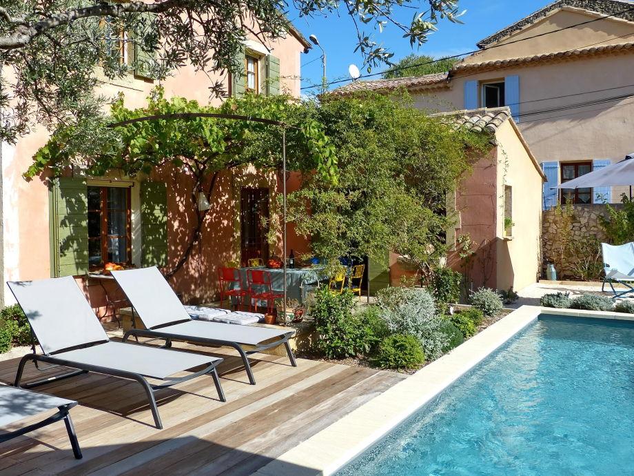 Terrasse mit Liegen am Pool im Ferienhaus in Robion