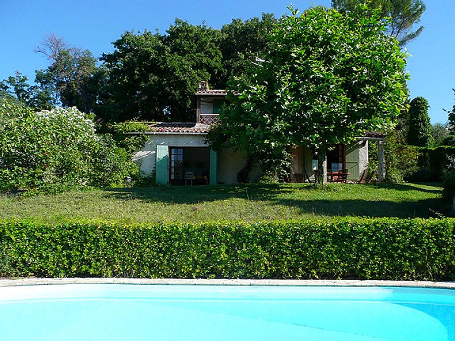 Villa mit Pool und grünem Garten