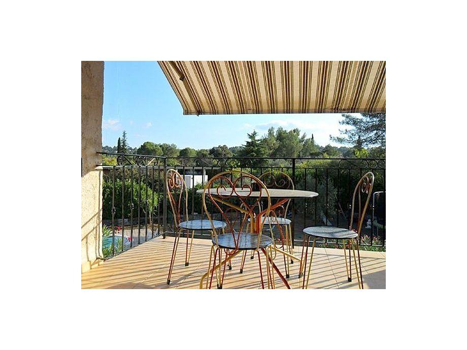 Sonnige Terrasse mit Gartenmöbeln