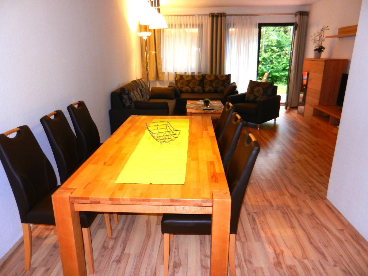 wohnzimmerschrank und flachbild tv gro er esstisch mit 6 st hlen. Black Bedroom Furniture Sets. Home Design Ideas