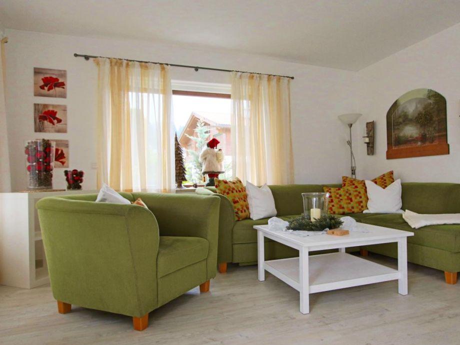 Das helle Wohnzimmer beinhaltet eine große Wohnlandschaft