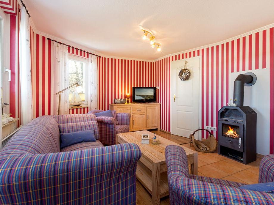 Wohnzimmer mit Kaminofen und Flat-TV.