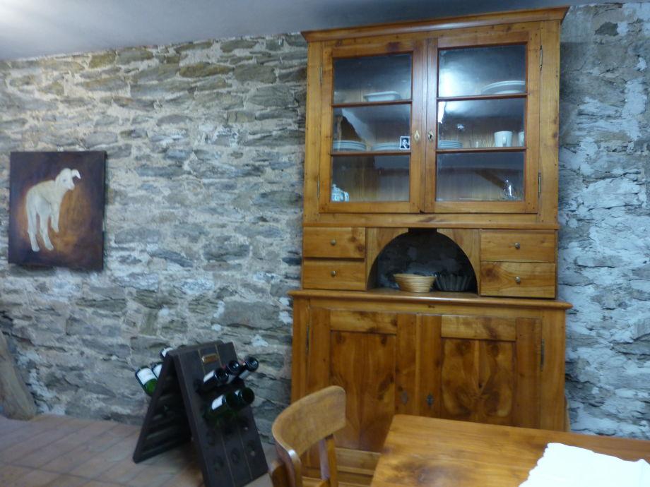 Natursteinwand im Küchenbereich