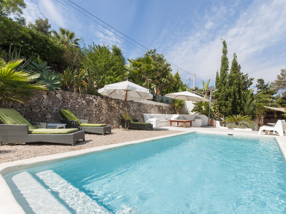 Pool mit Liegen und Palmen