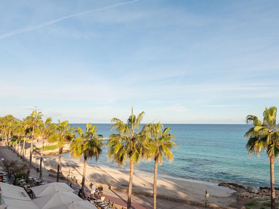 Strandpromenade mit Blick auf das Meer