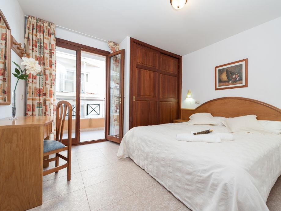 Schlafzimmer Mit Doppelbett Und Kleinen Schreibtisch