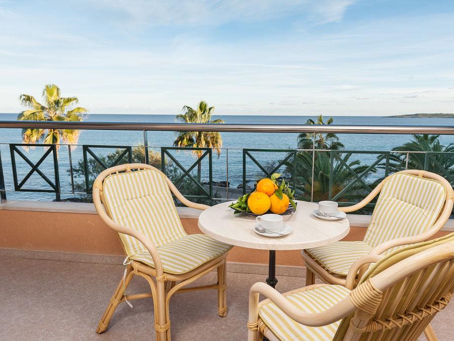 Essplatz auf Terrasse mit wunderschönen Ausblick