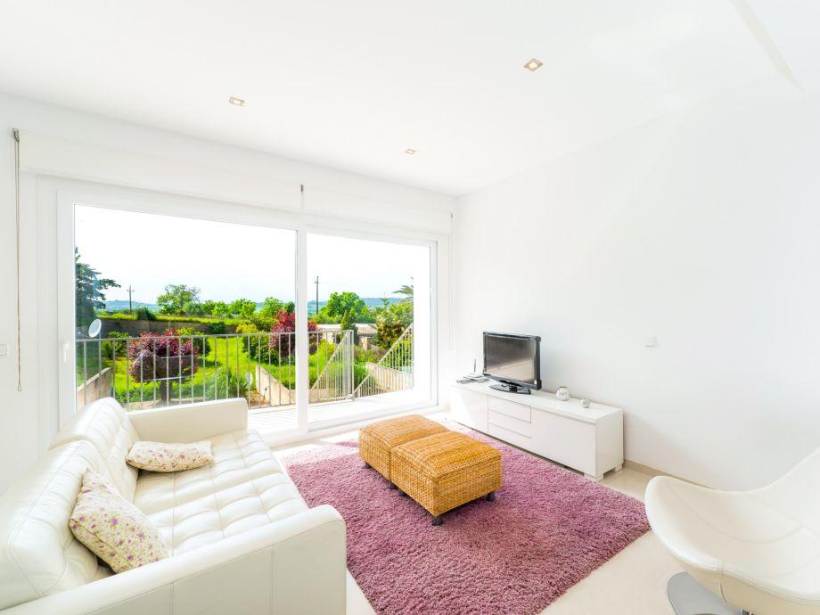 Modernes Wohnzimmer mit Sitzecke und TV