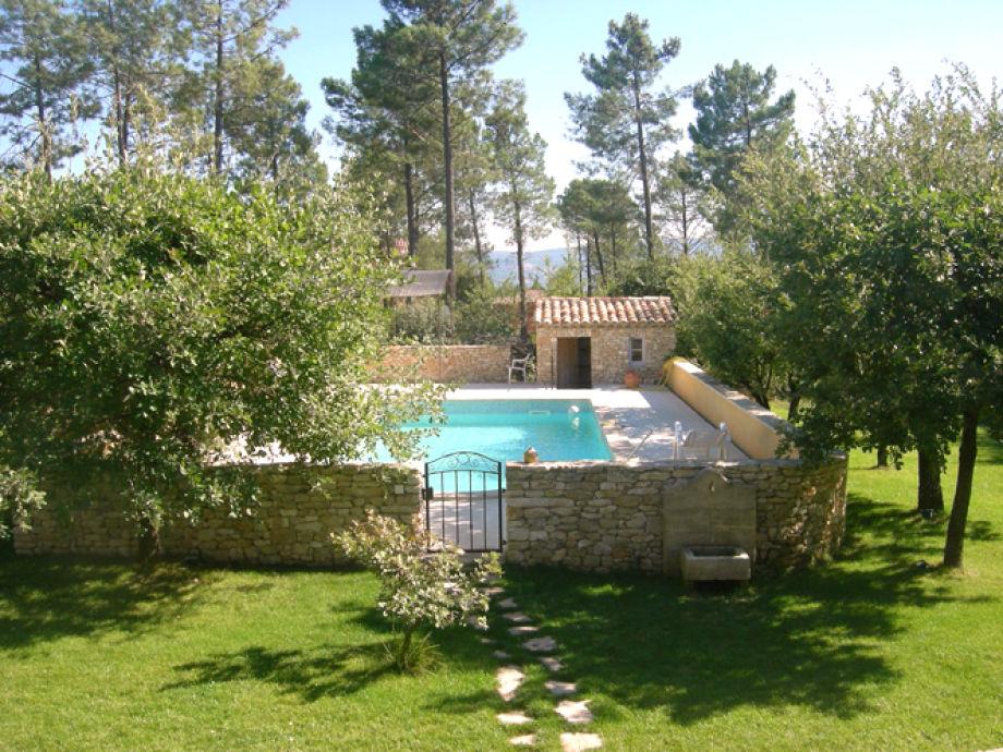 Der Pool im schön gepflegten Garten