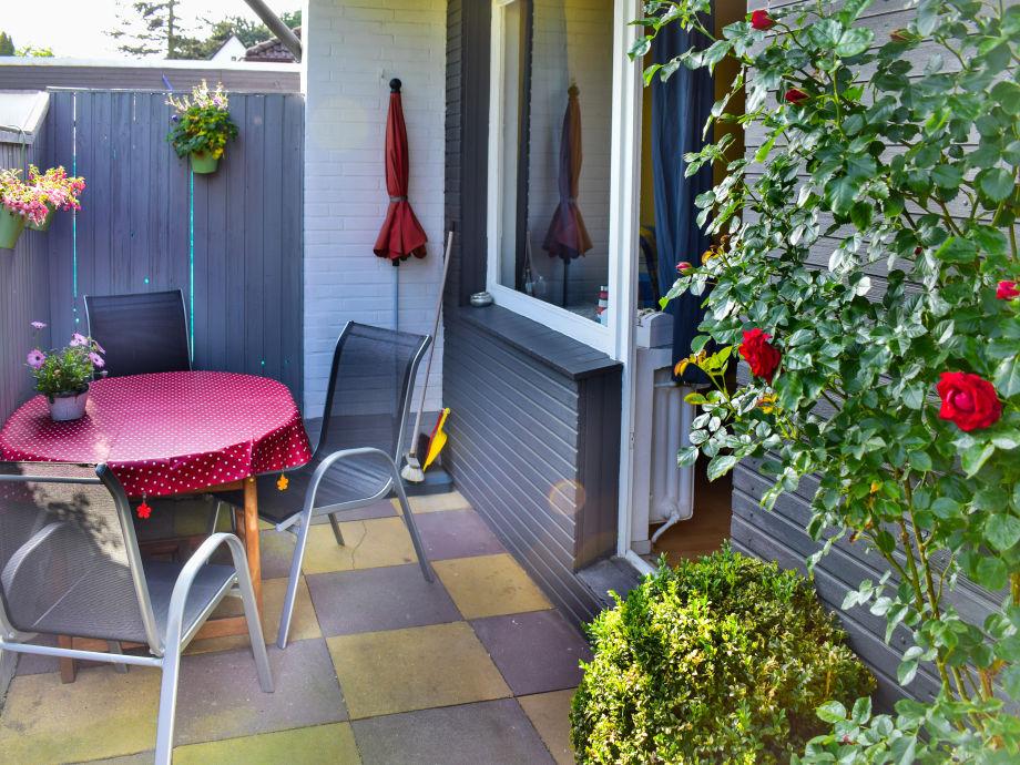 Auf der Terrasse können Sie entspannen und grillen