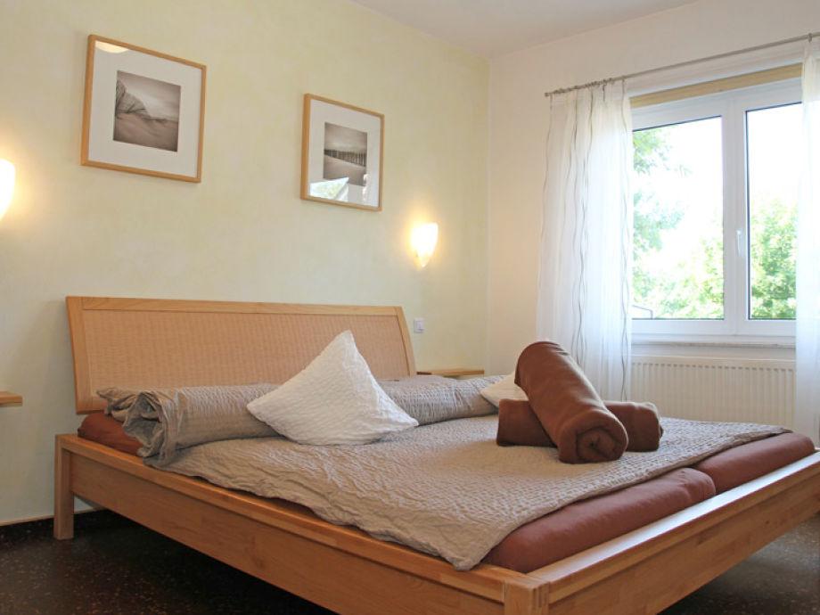 Das Schlafzimmer mit bequemen Doppelbett