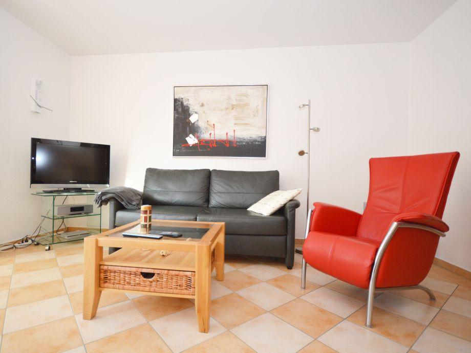 Heller Wohnraum mit TV