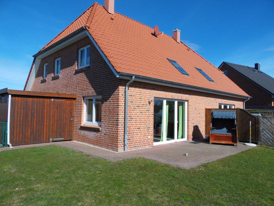 Blick auf Haus mit Garten und Terrasse