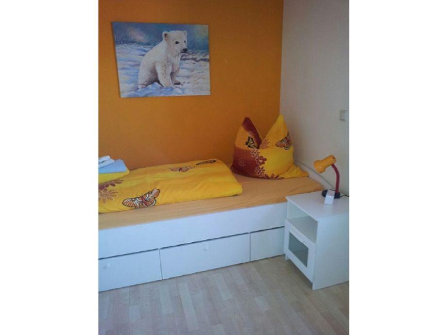 Kleines Zimmer Zwei Betten :  zwei Betten und Lesesessel Kleines Schlafzimmer mit zwei Betten und