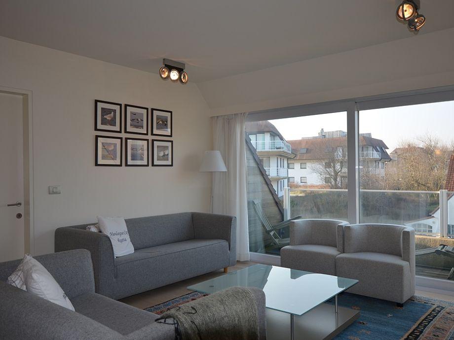 Helles Wohnzimmer mit Sofas und Sessel