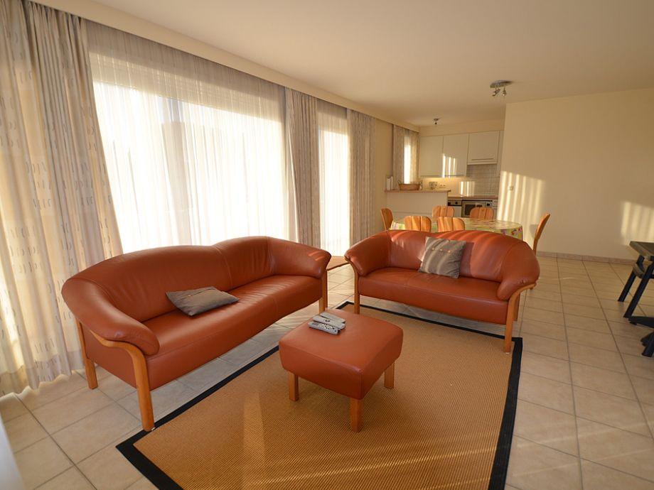 Helles Wohnzimmer mit Sofas