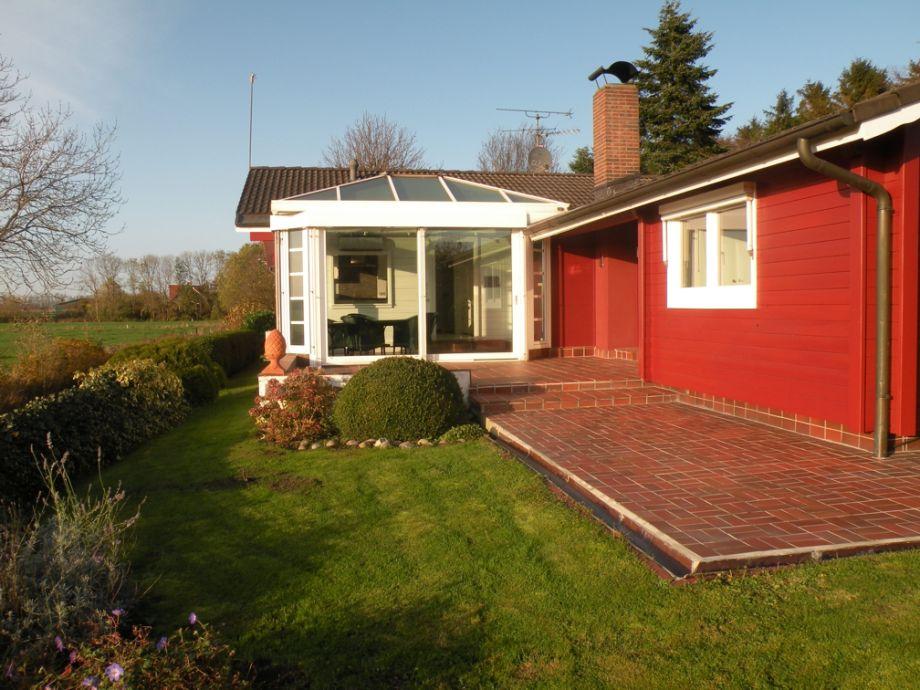 Blick auf Wintergarten und Terrasse