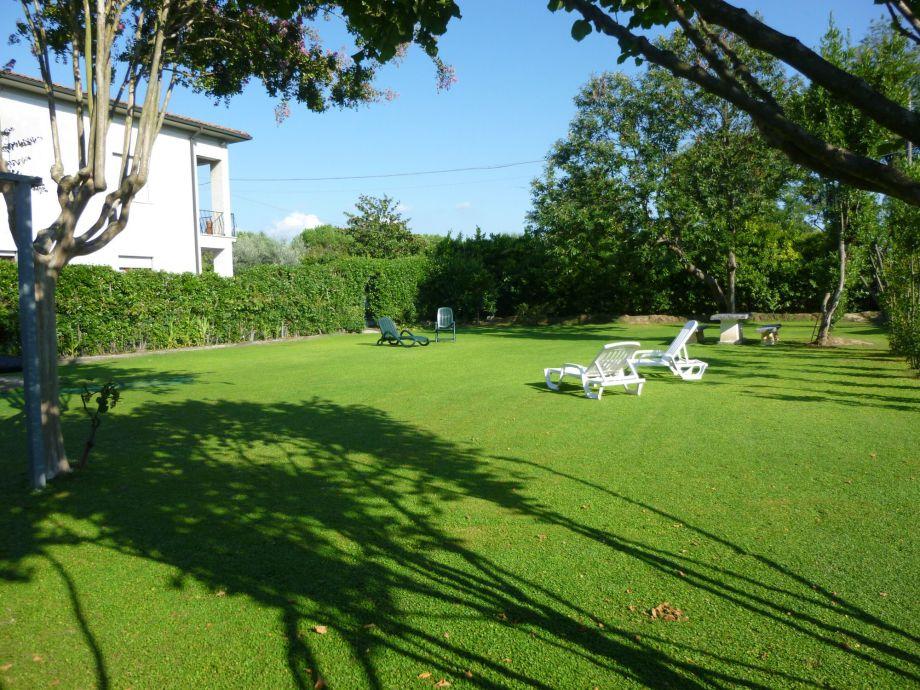 Hausfassade vom Garten ausgesehen