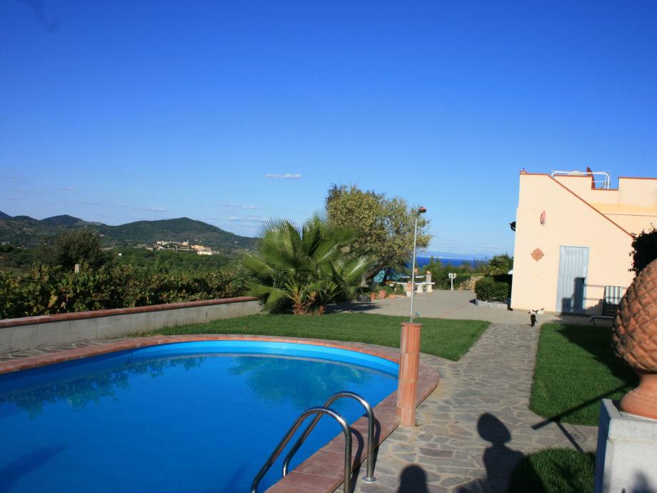 Blick vom Pool auf die Villetta Marisa