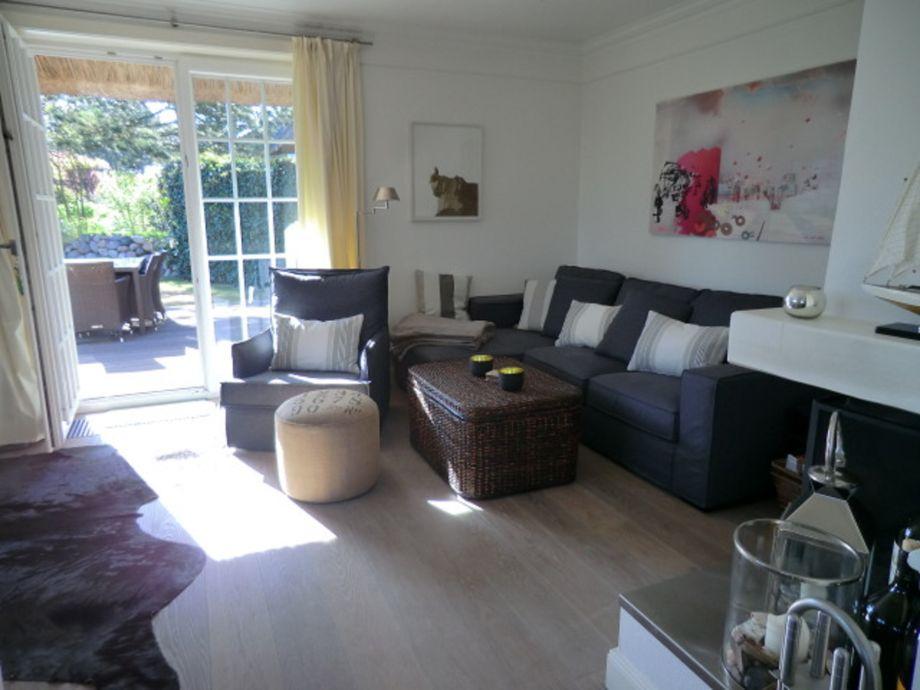Sonniges Wohnzimmer mit grossem Kamin