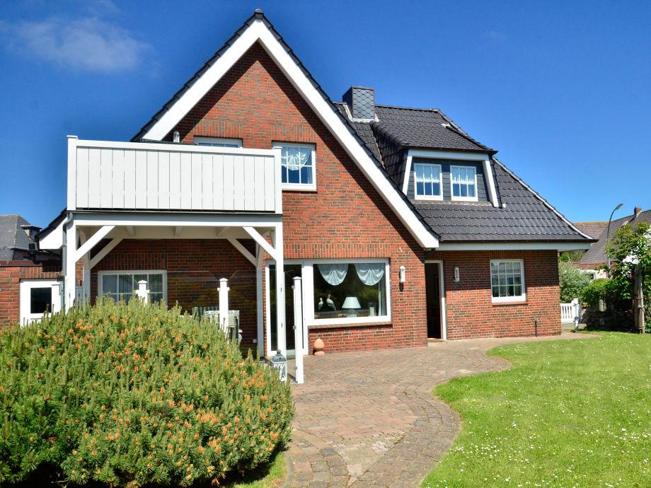 Rückansicht mit Terrasse und Garten für die untere Wohnung