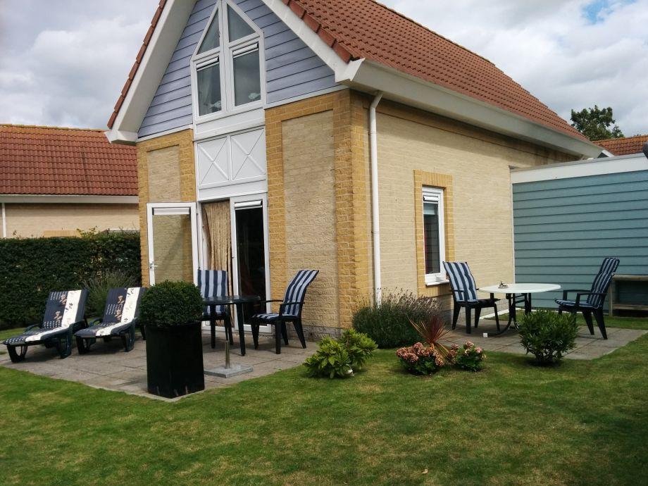 Garten mit Terrassen und Geräteschuppen