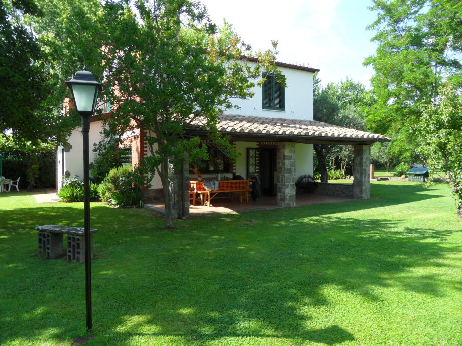Villa mit Portico und Garten