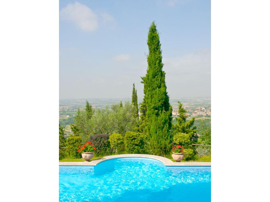 Der Pool mit Blick auf das Tal von Valdichiana