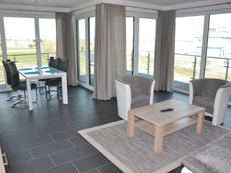 lichtdurchflutetes Wohnzimmer mit großem Balkon