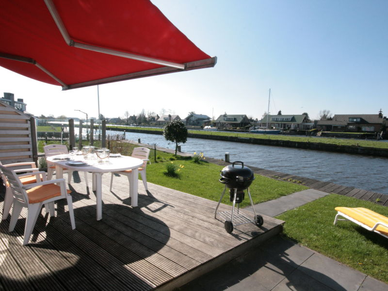 Holiday house Lemmer Holidayhouse at the waterside