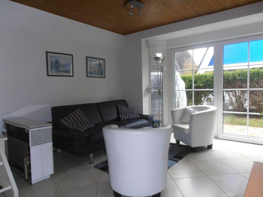 Das behagliche Wohnzimmer mit Zugang zur Terrasse