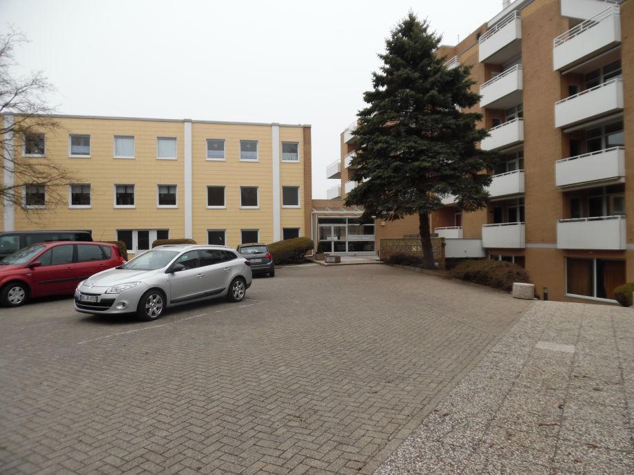 Parkplatz und Eingang