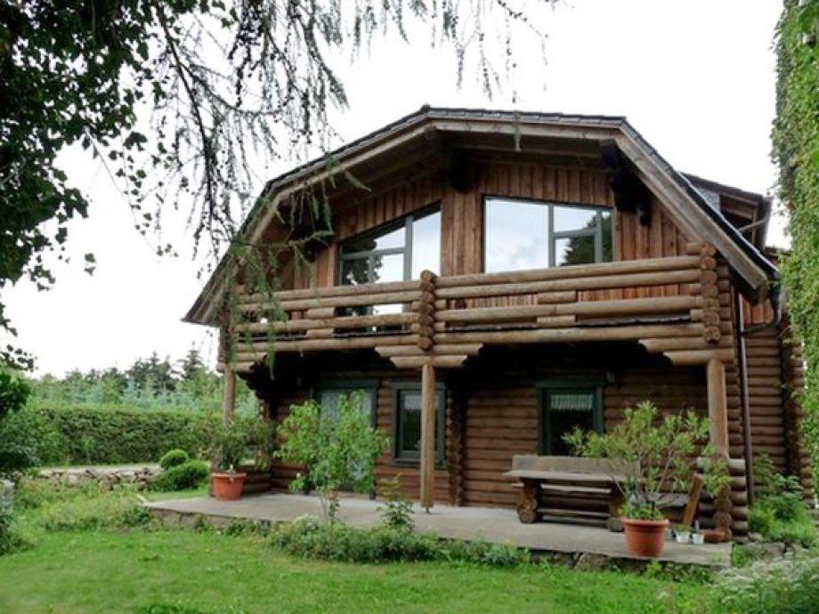 Hausansicht mit Garten und Terrasse