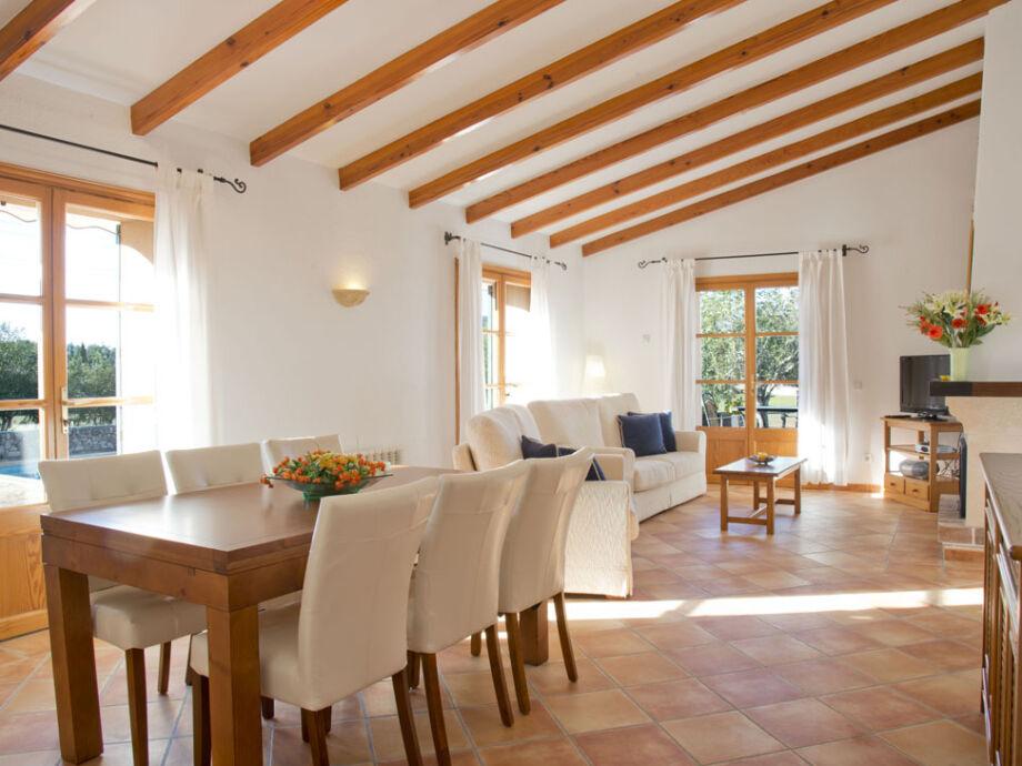 Großer Wohnbereich mit hochwertigen Möbeln und Esstisch