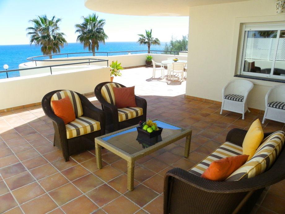 Lounge-Möbel auf Terrasse