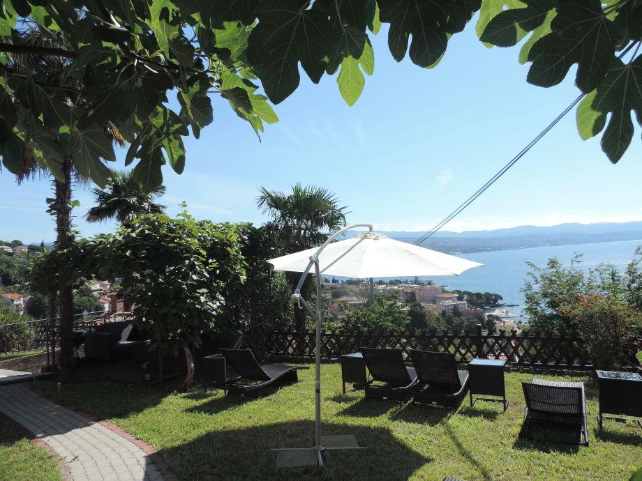 Garten mit Sitzecke und Liegen
