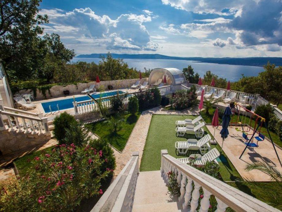 Traumhafter Blick auf den Garten und die Bucht