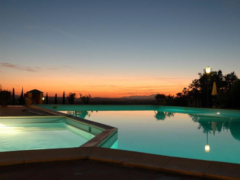 Tolles Licht bei Sonnenuntergang am Pool