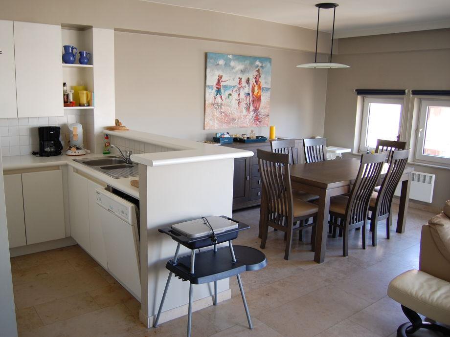 Die offene Küche mit Esstisch