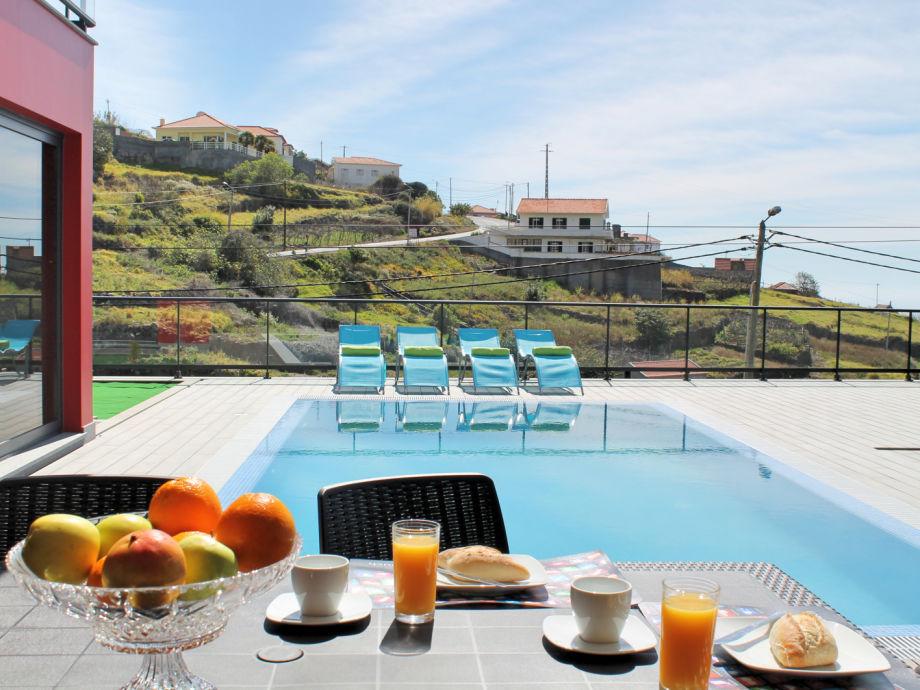 Außenbereich mit Esstisch am Pool