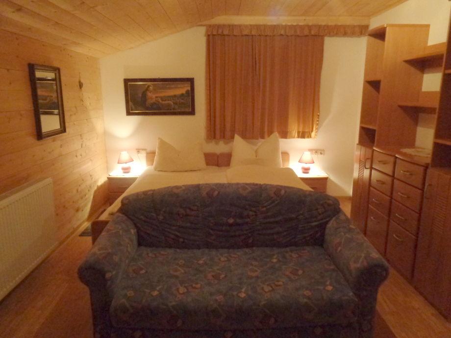 Doppelbett Zimmer mit Couch