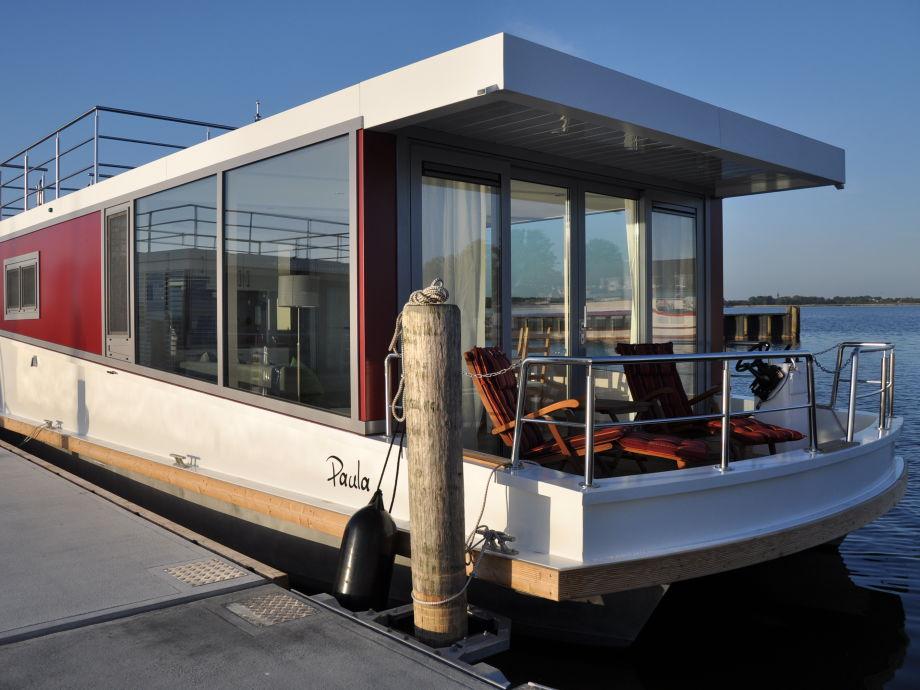Das Hausboot am Steg im Ribnitzer Hafen